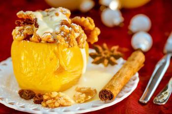 Weihnachtliches Bratapfel Rezept mit Vanillesauce
