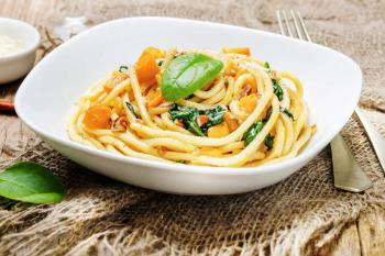 Pasta-mit-Kuerbis-Spinat-Pecanuss-Sauce