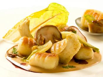 Gnocchi mit Pilzen in Mandelcreme und Baby Romana Salat