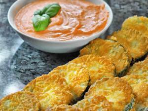 Panierte Zucchinischeiben mit Tomatendip