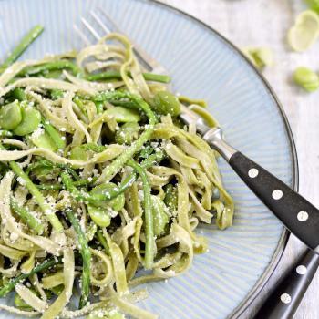 Tagliatelle mit wildem Spargel, grünen Bohnen und Pecorino