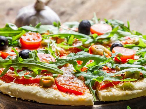 vegane pizza mit rucola und oliven einfach schnell gesund vegan. Black Bedroom Furniture Sets. Home Design Ideas