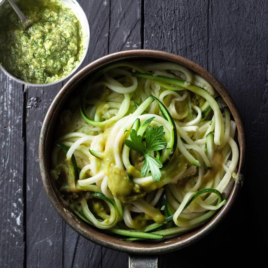 zucchini spaghetti mit mandel basilikum pesto einfach schnell gesund vegan. Black Bedroom Furniture Sets. Home Design Ideas